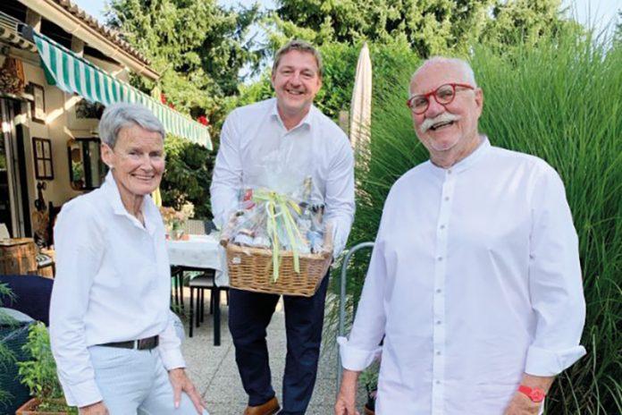 Bürgermeister Günther Albel gratuliert Ing. Gernot Bartl, am Bild mit Gattin Barbara, zur Ehrenbürgerschaft.