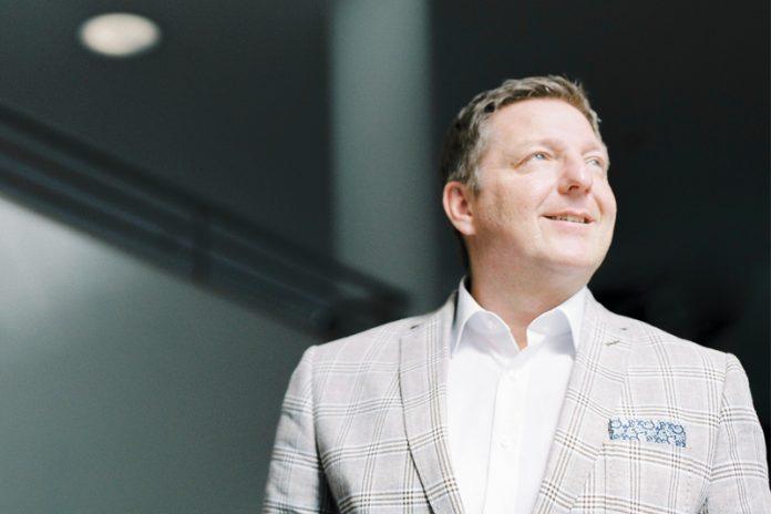 """Bürgermeister Günther Albel: """"Das berühmte Loch in der Bahnhofstraße eines privaten Unternehmers, der gescheitert ist, wird bald Geschichte sein.""""Foto: Theresa Pewal"""