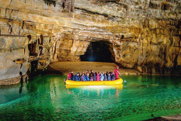 Die Höhle Križna jama ist eine weltbekannte Karsthöhle. Ihre Besonderheiten sind zahlreiche unterirdische Seen, hochinteressante Fundstätten von Knochen eines Höhlenbären, sowie der natürliche Erhaltungszustand der Höhle.