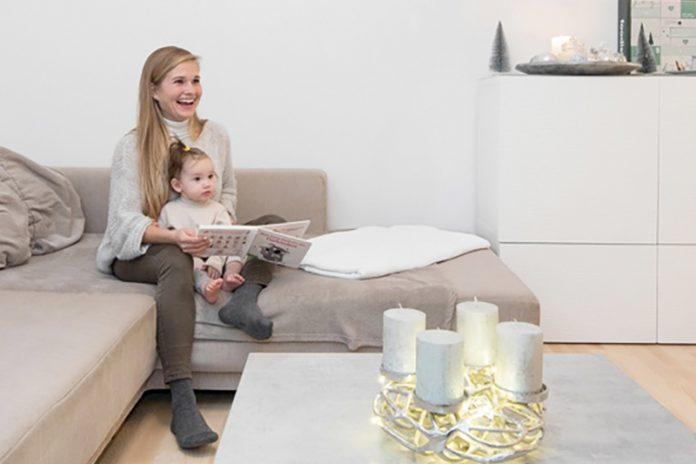 """Schönes, modernes Wohnen: Michelle Tezky und Tochter Zoe fühlen sich in ihrem """"meine heimat""""-Wohnraum sichtlich wohl!Foto: meine heimat/Adrian Hipp"""