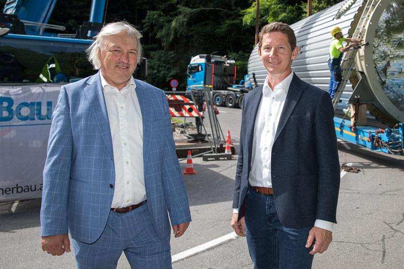 Der Pufferspeicher optimiert in Villach die Fernwärmeversorgung. Vor Ort Geschäftsführer Adolf Melcher (links) und Projektleiter Helmut Steiner.