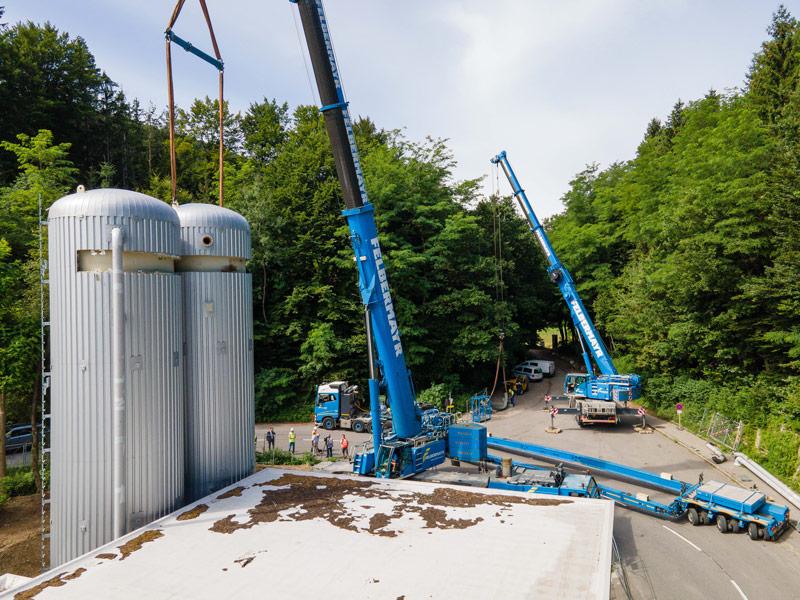 Die Druckbehälter wurden von zwei Teleskopkränen auf das vorbereitete Fundament gehoben und montiert.