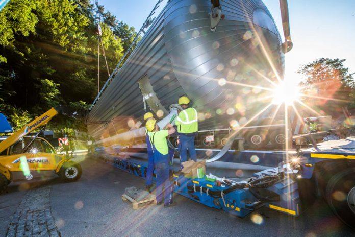 Die drei Stahl-Druckbehälter wurden in Bayern gefertigt und von dort in Sondertransporten über Nacht nach Warmbad angeliefert. Fotos: Gleiss